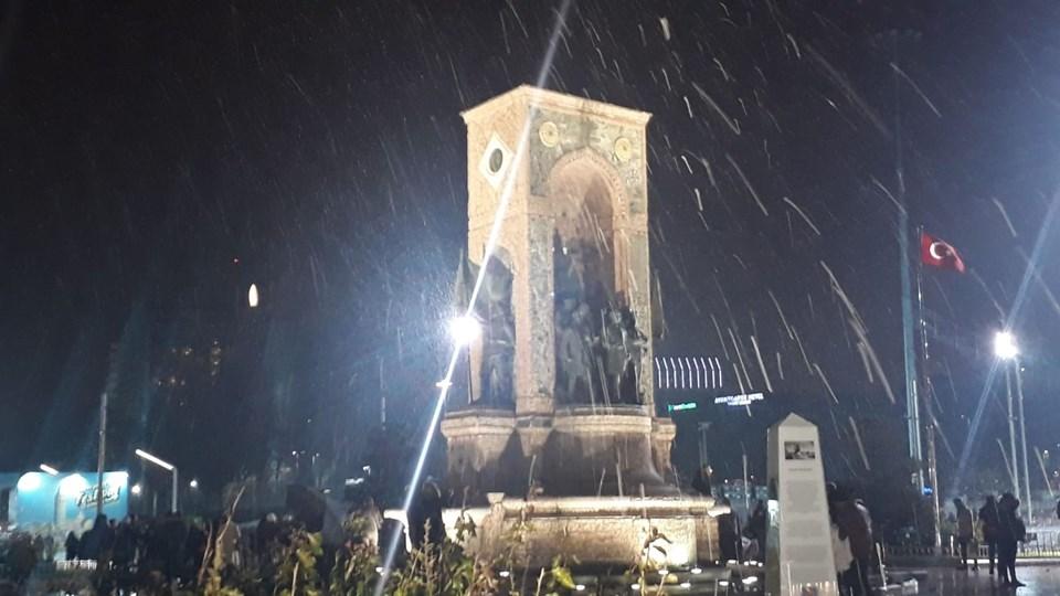 Kar yağışı Taksim Meydanı'nda da etkili oluyor.