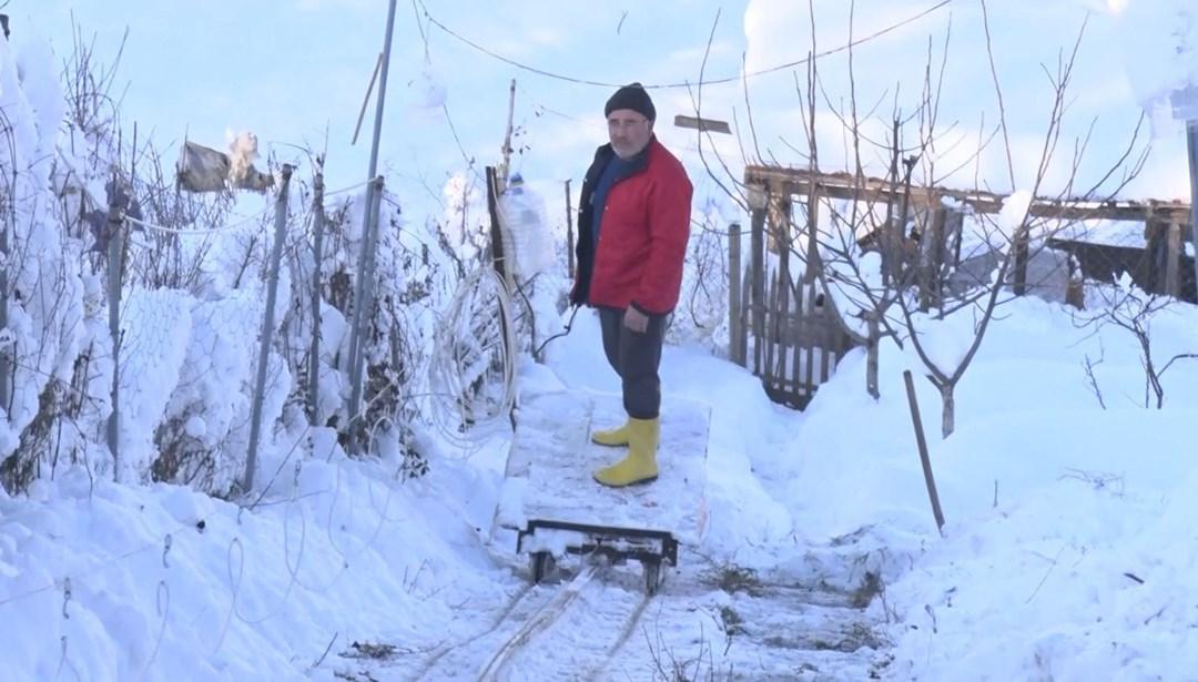 Hasta eşi yürümekte zorlanınca iki dağın arasına 70 metrelik teleferik inşa etti