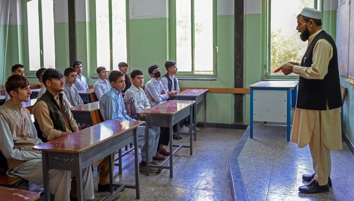 Afganistan'da liseler açılıyor ancak kız öğrencilerin okula dönmesine izin yok
