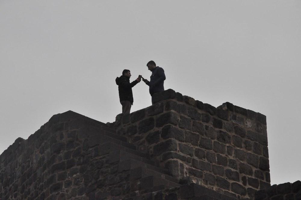 Diyarbakır'da corona virüs ve düşme riskine rağmen surlarda fotoğraf çekiyorlar - 3