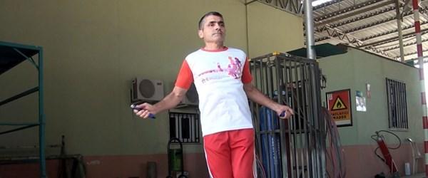 50 yaşındaki Mersinli tek ayakla ip atlama rekorunu kırdı