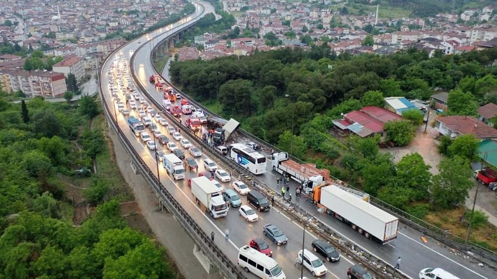 TEM'de zincirleme kazada 20'den fazla araç birbirine girdi: 15 yaralı - 6