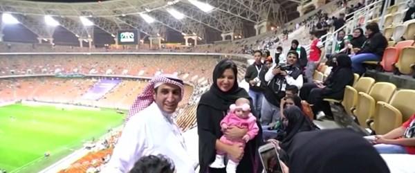 Suudi Arabistan'da kadınlar ilk kez stadyumda maç izledi