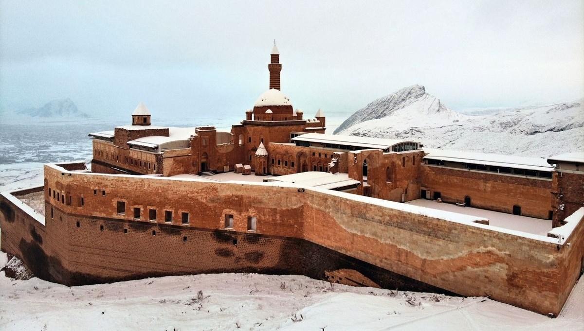 Tarihi İshak Paşa Sarayı'nda kış güzelliği