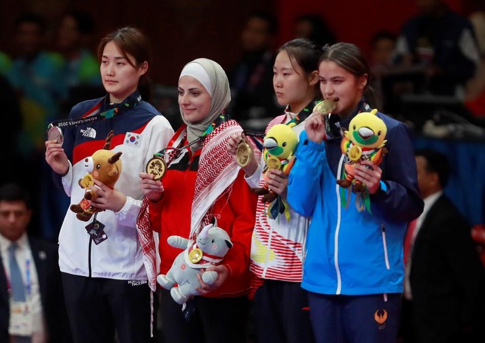 Ürdünlü sporcu (başörtülü olan) Tokyo Olimpiyatları'nda altın madalya kazandı.