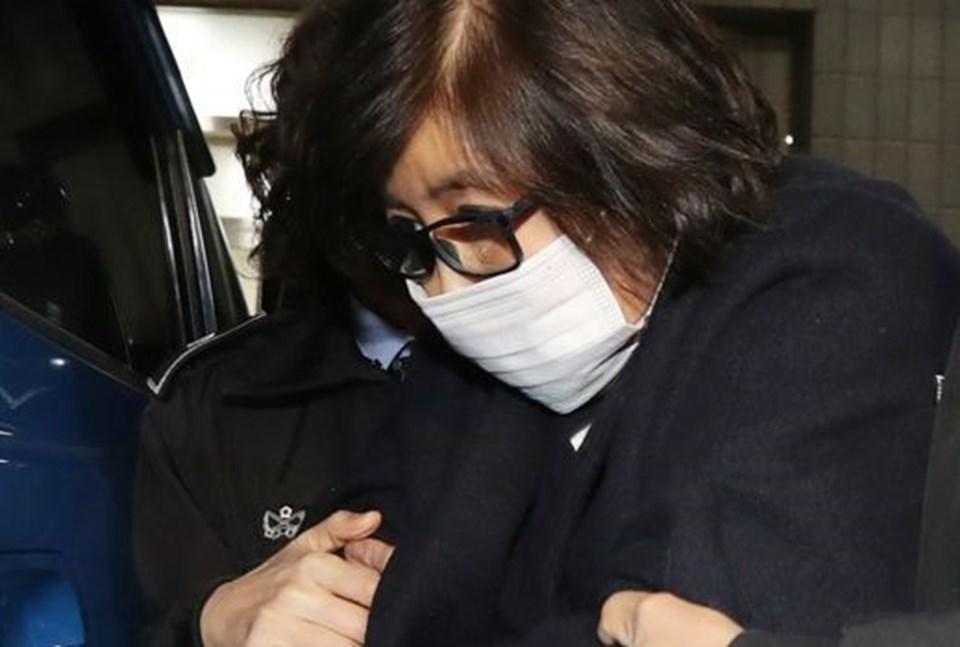 Devlet başkanının yakın arkadaşı Choi, bir tarikat lideri olan Choi Tae-min'in kızı