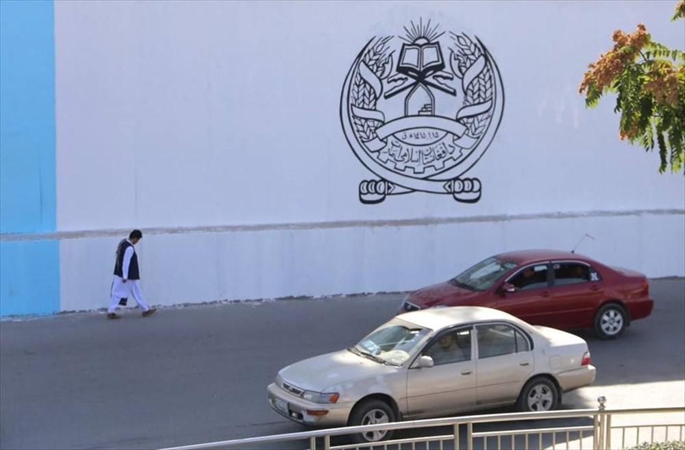 Kabil'de terk edilen ABD büyükelçiliğinin duvarına Taliban bayrağı çizildi - 6