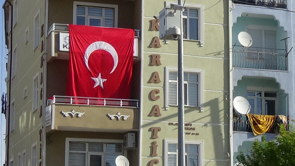 İddianamede adı geçen Ensar Vakfı'nın, Karaman Şubesi binasındaki tabelaların üzerine Türk bayrağı asıldığı görüldü.