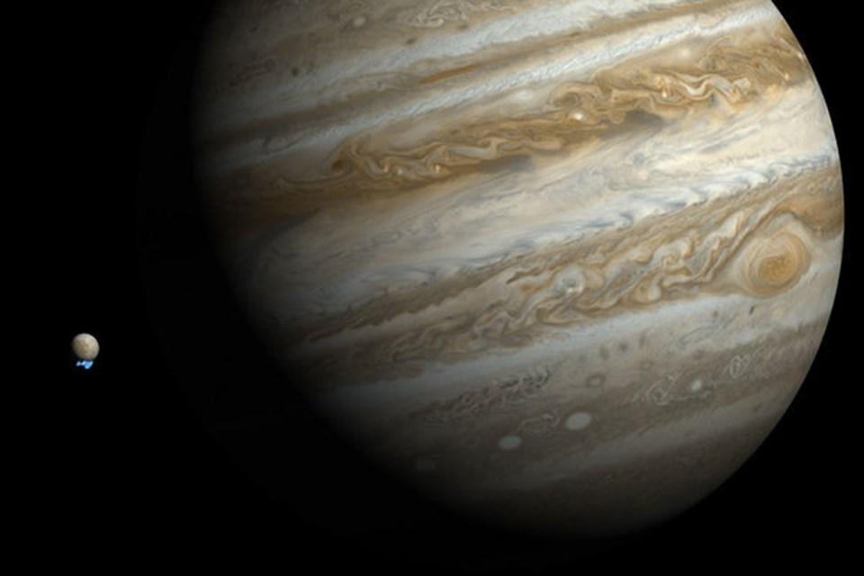 Jüpiter ve Europa'nın boyutlarını ortaya koyan fotoğrafta, uydudan salınan su buharı belli oluyor (NASA).
