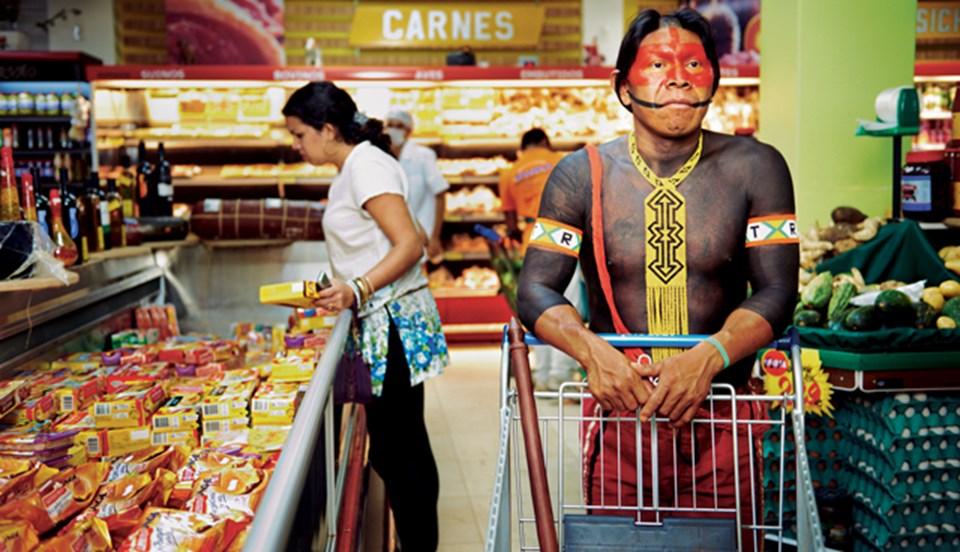 Sınır kasabaları yakınlarında yaşayan Kayapolar ise yiyecek ihtiyaçlarını karşılamak için süpermarketlere gidiyorlar.