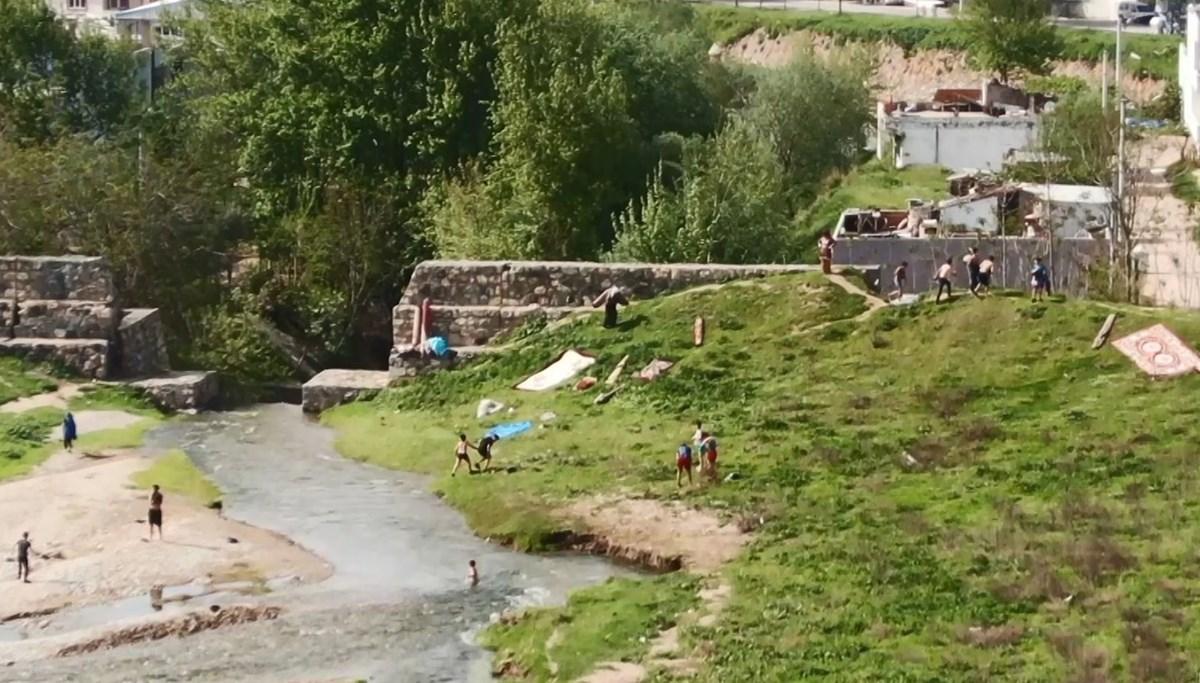 Dere kenarında kovalamaca: Arkalarında halı ve giysileri bırakıp kaçtılar