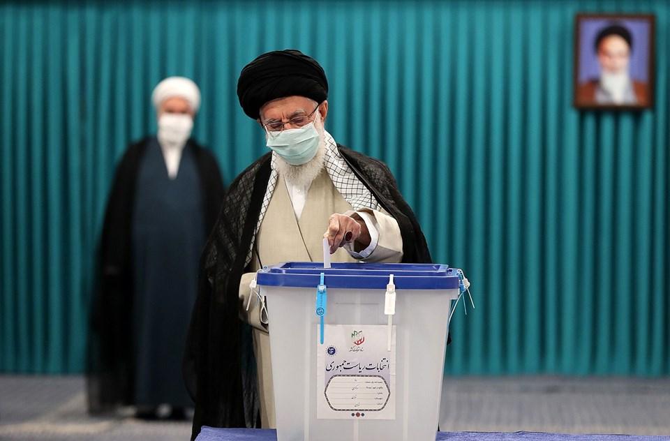İran lideri Ayetullah Ali Hamaney, başkent Tahran'daki İmam Humeyni Hüseyniyesi'nde kurulan seçim sandığında oyunu kullandı.