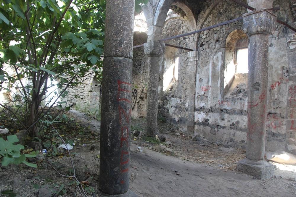 Defineciler tarihi kiliseyi talan etti - 7