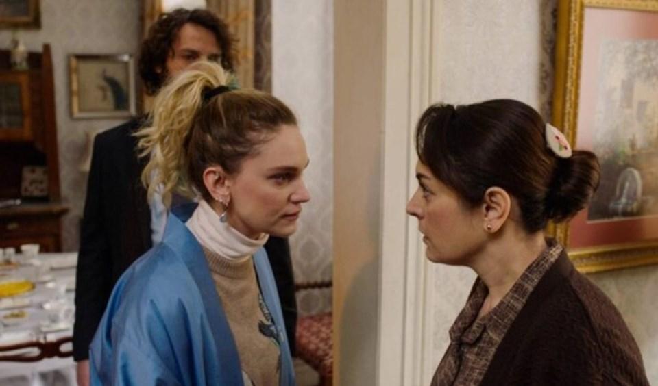 Ezgi Mola ve Farah Zeynep Abdullah Masumlar Apartmanı dizisinderol alıyorlardı.