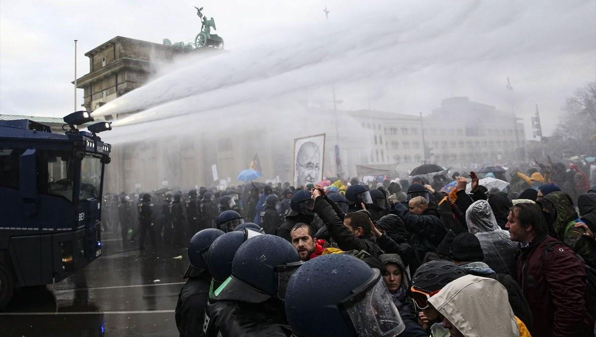 Almanya'da Covid-19 politikasına karşı yapılan gösteriye polis müdahalesi