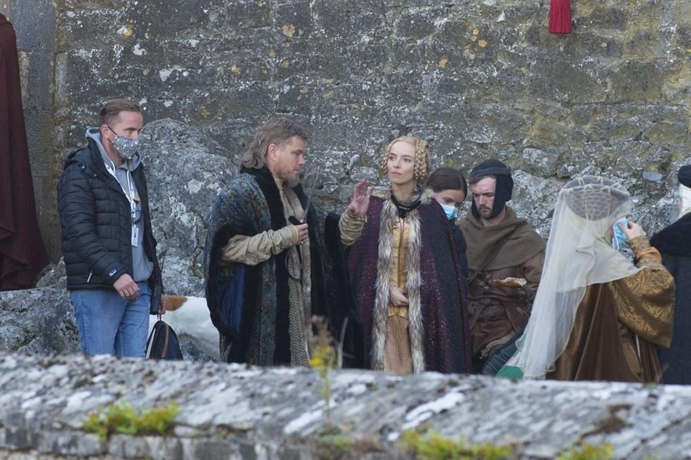 Matt Damon Akıllı telefonuyla 14'üncü yüzyıldaki The Last Duel setinde - 3