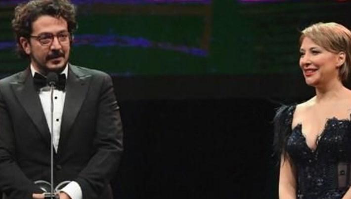 Tolga Karaçelik, yılın yönetmeni ödülünü Gülse Birsel'den aldı
