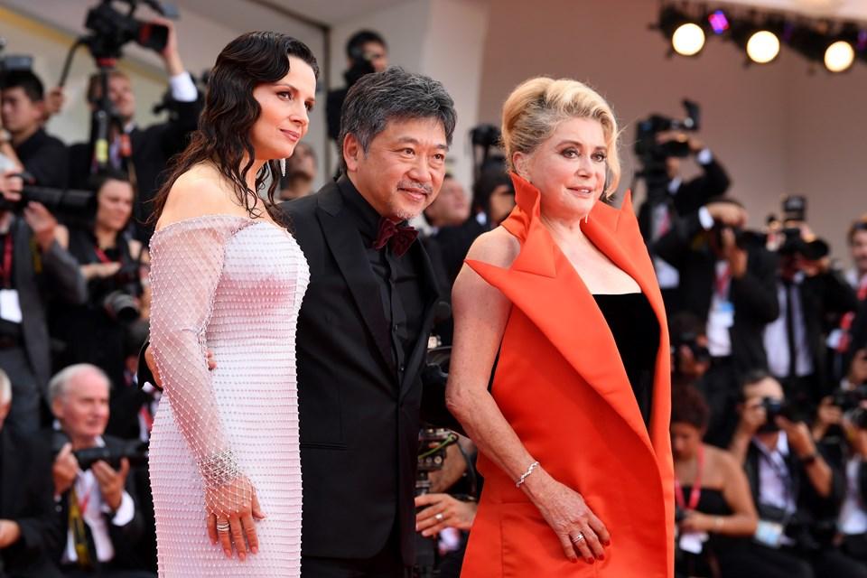 Japon yönetmen,Venedik'te The Truth filminin başrol oyuncularıyla poz verdi.