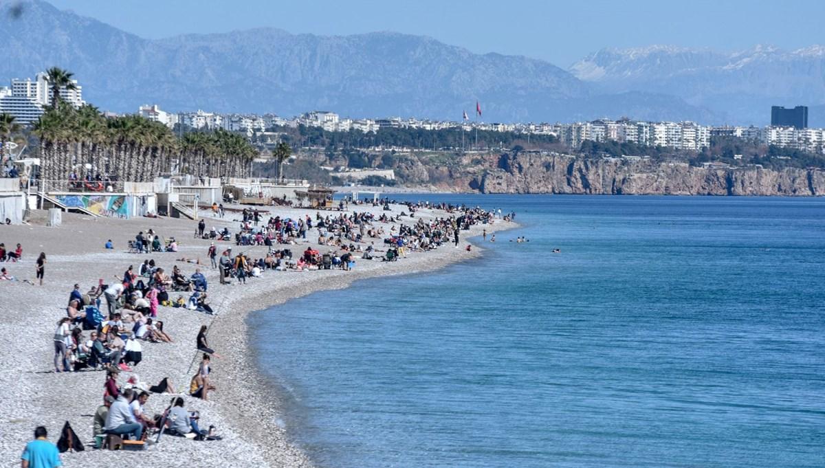Antalya'da güneşli hava corona virüsü unutturdu
