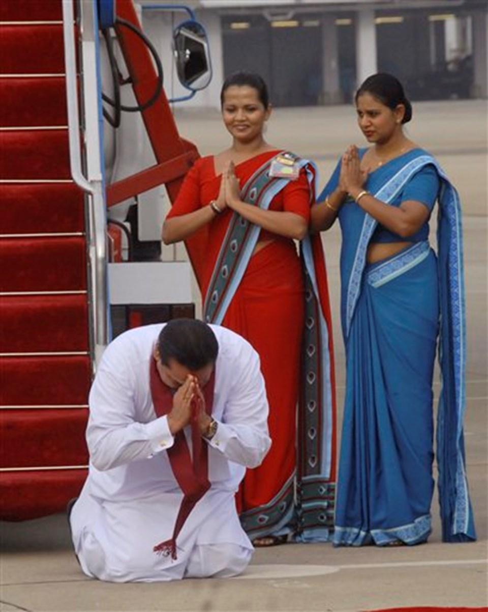 Sri Lanka Başkanı Mahinda Rajapaksa, Ürdün'den ülkesine dönüşünde toprağı öperek, ayrılıkçı Tamil gerillaları karşısında aldığını söylediği zaferi kutladı.