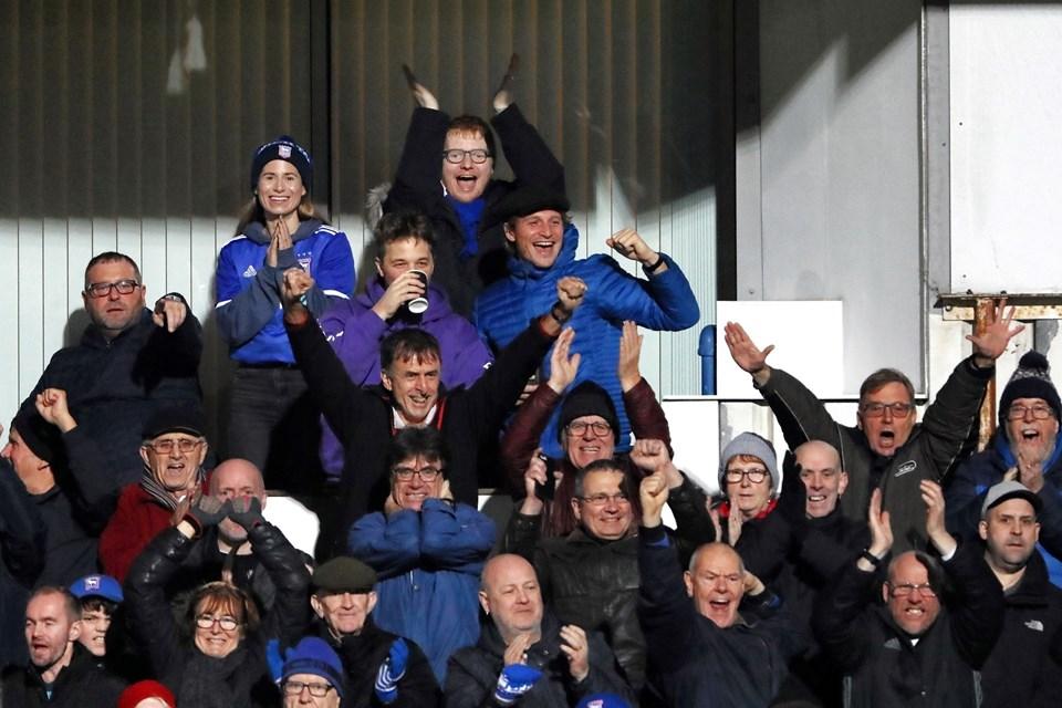 Eşi Cherry Seaborn ile Ipswich Town Wycombe Wanderers maçını izleyen Ed Sheeran yeni saç stiliyle dikkat çekti
