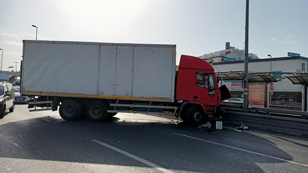 Bakırköy'de kamyon, metrobüs bariyerlerine çarptı: İki şerit trafiğe kapatıldı - 4