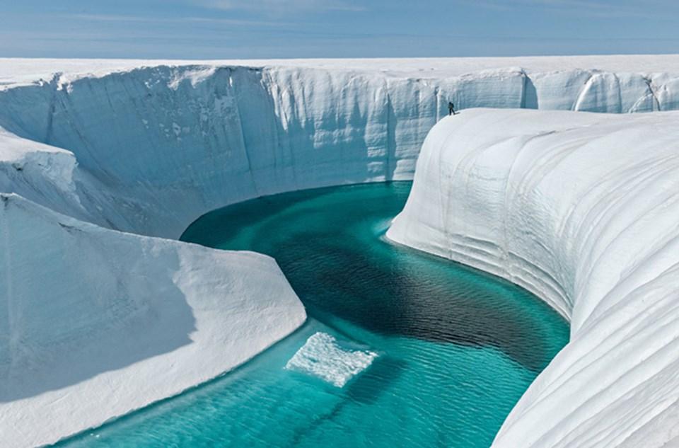 Grönland buzul katmanı: Şu anda katkısı fazla olmasa da, yüzeyi yaz aylarında erimeye başlamış durumda. Bu da endişe verici bir gösterge. Bu buzul örtüsü, deniz düzeyini neredeyse 7,5 metre yükseltecek kadar su içeriyor.