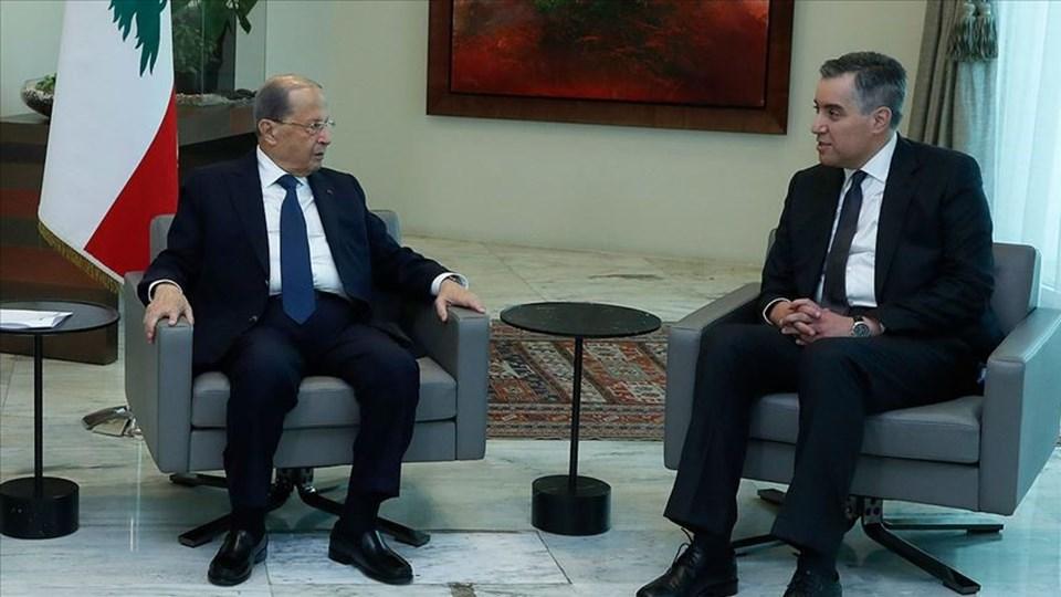 Lübnan Cumhurbaşkanı Avn (solda) hükümeti kurma görevini devreden Edib