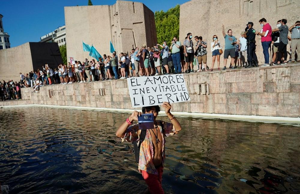 İspanya'da göstericiler Covid-19 önlemlerini maske takmayarak protesto etti - 7
