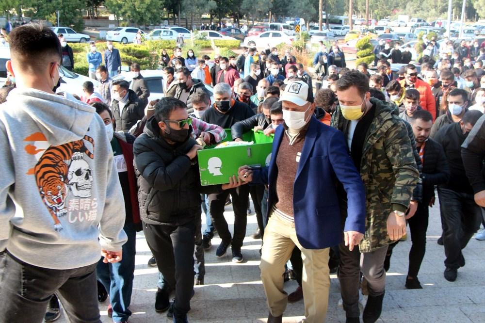 Adana'yı yasa boğan ölüm: 8 yaşındaki Duru gözyaşlarıyla toprağa verildi - 2