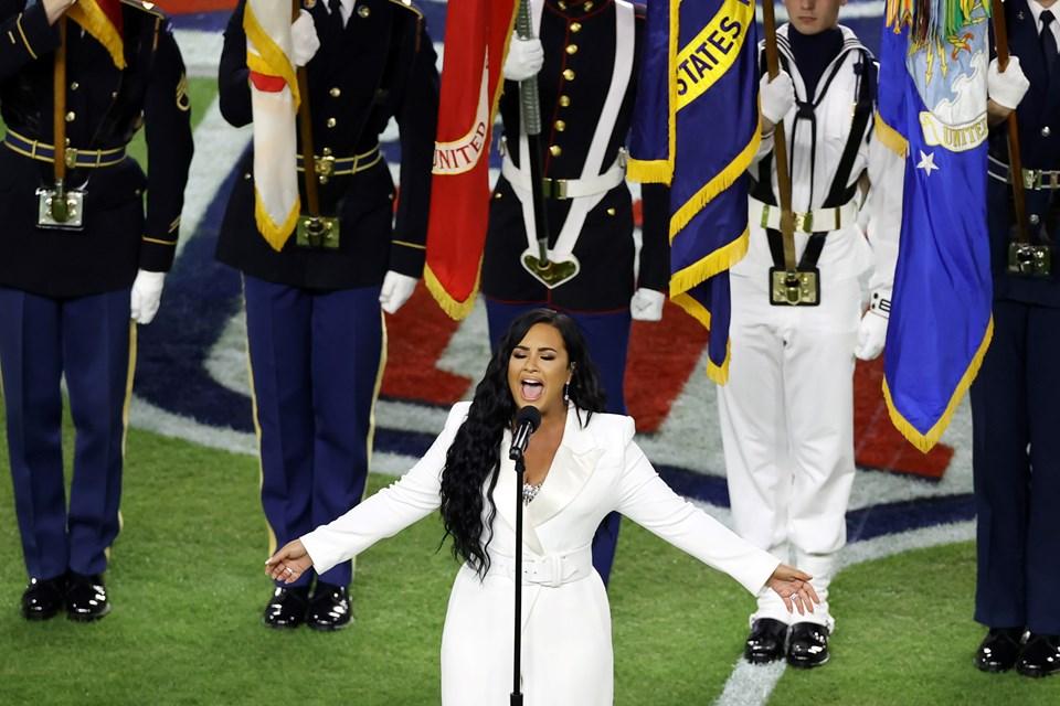 """Demi Lovato, 2010 yılında yaptığı bir sosyal medya paylaşımında, """"Bir gün Super Bowl'da ulusal marşı okuyacağım"""" demişti. Ünlü şarkıcı dün marş söylemek üzere Super Bowl'un oynanacağıHard Rock Stadyumu'na çıkmadan önce """"Hayalim gerçek oluyor"""" mesajı attı."""