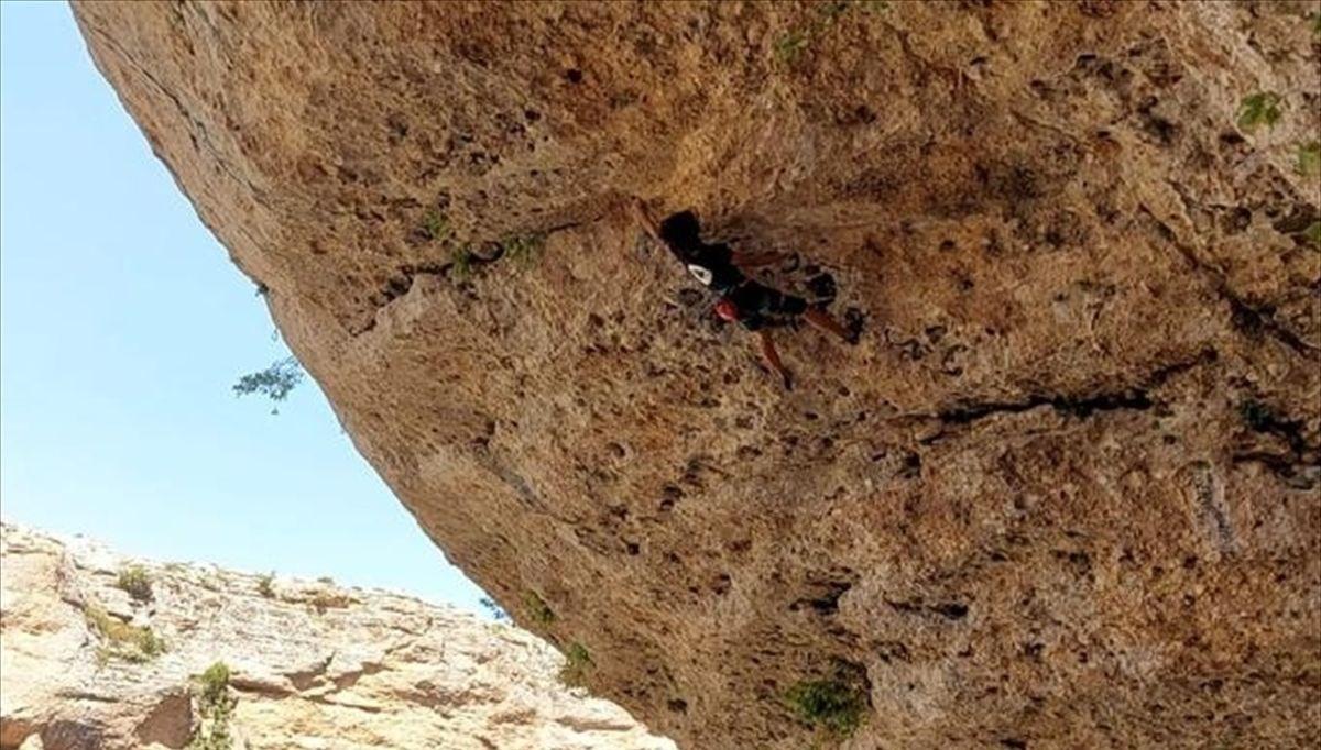 Türkiye'nin en zorlu kaya rotalarından birini 14 yaşında tırmandı