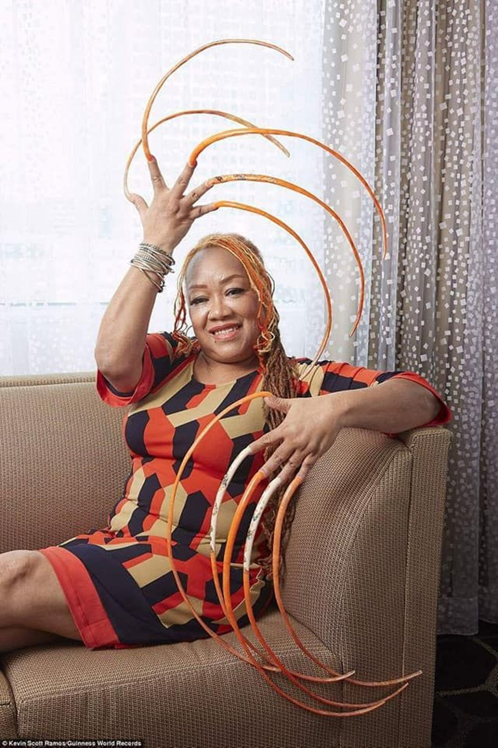 7 meters 33 centimeters: The person with the longest nails in the world cut their nails after 30 years - 12