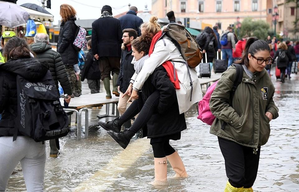 San Marco Meydanı'nda çizmelerle alışverişe devam.
