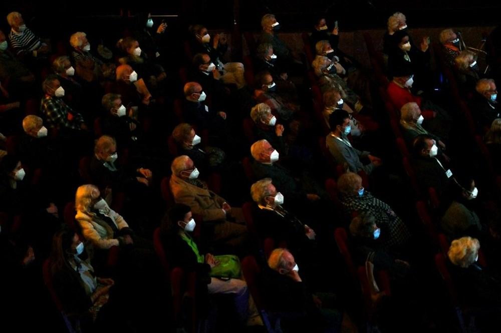Madrid'de corona virüs aşısı olan yaşlılar için tiyatroda özel gösterim - 7