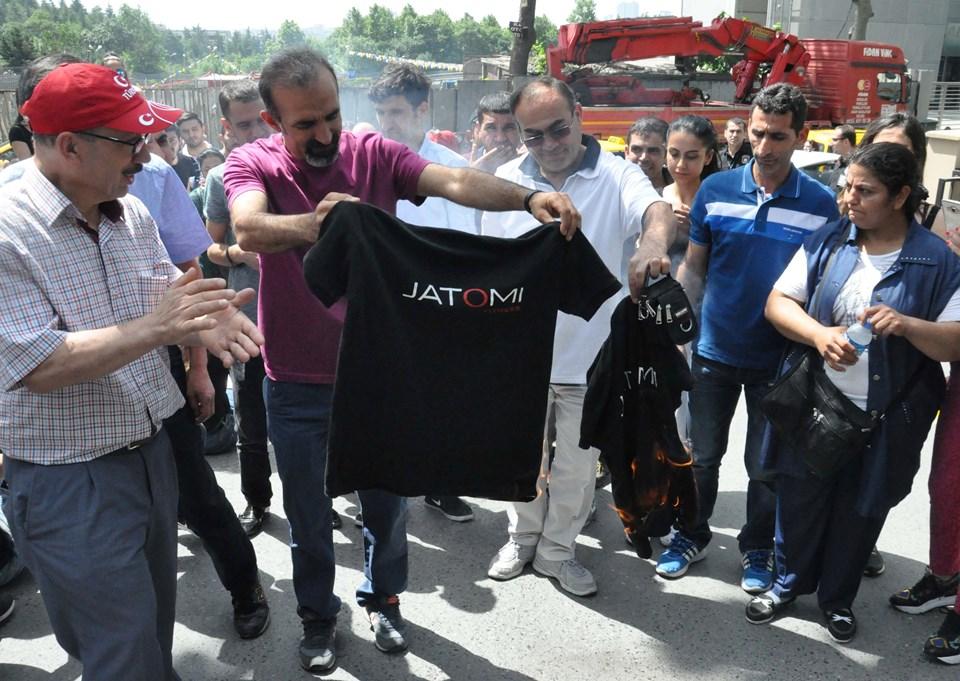 Grup, tepki amaçlı salonun tişörtlerini yaktı.