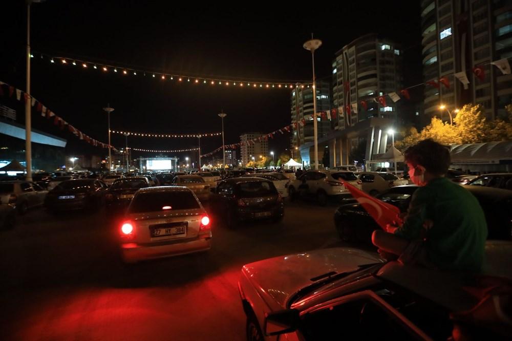 Şanlıurfa'da Naim filmi oyuncusu Hayat Van Eck'in de katıldığı arabalı sinema etkinliği - 6