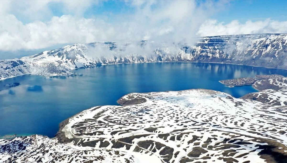 Nemrut, the second largest crater lake in the world ... It fascinates itself with its snow-covered view