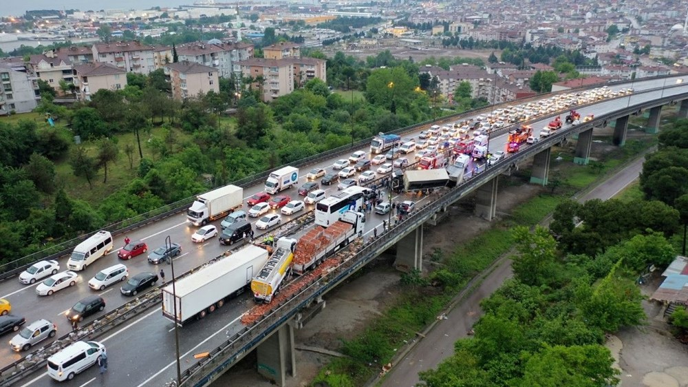 TEM'de zincirleme kazada 20'den fazla araç birbirine girdi: 15 yaralı - 1