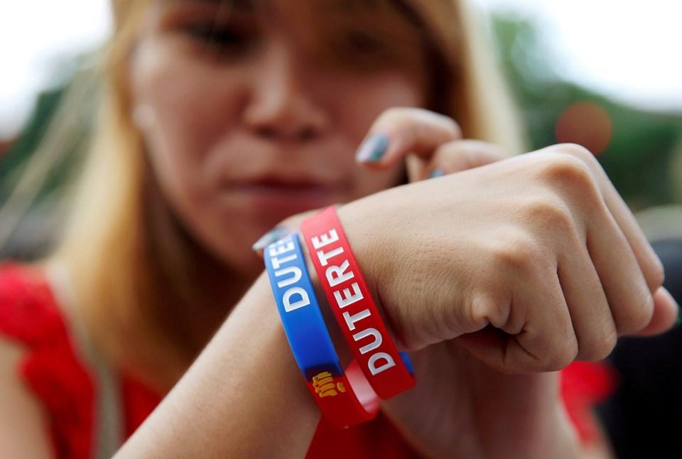 Oyların yüzde 39'unu alan Duterte zaferini ilan etti. Duterte ile Filipinler'in diktatörlük dönemine geçeceğinden endişe ediliyor.