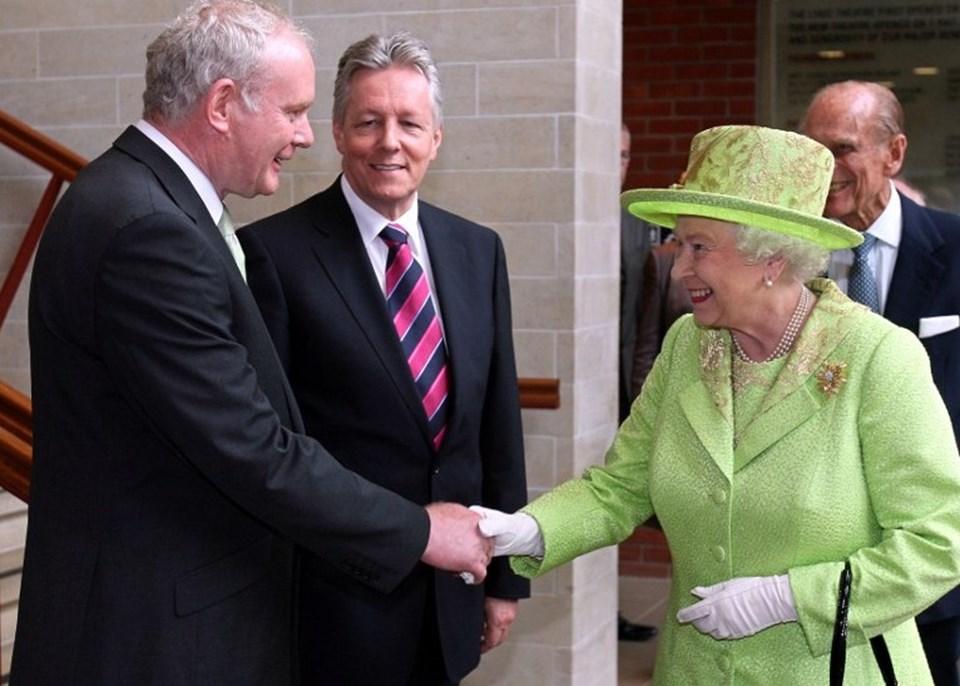Barış görüşmeleri sonrası Kuzey İrlanda'da kurulan birlik hükümetinde başbakan yardımcılığı yapan Martin McGuinness 2012'de Kraliçe Elizabeth'le el sıkışmıştı. Bu buluşma tarihi olarak nitelendirilmişti.