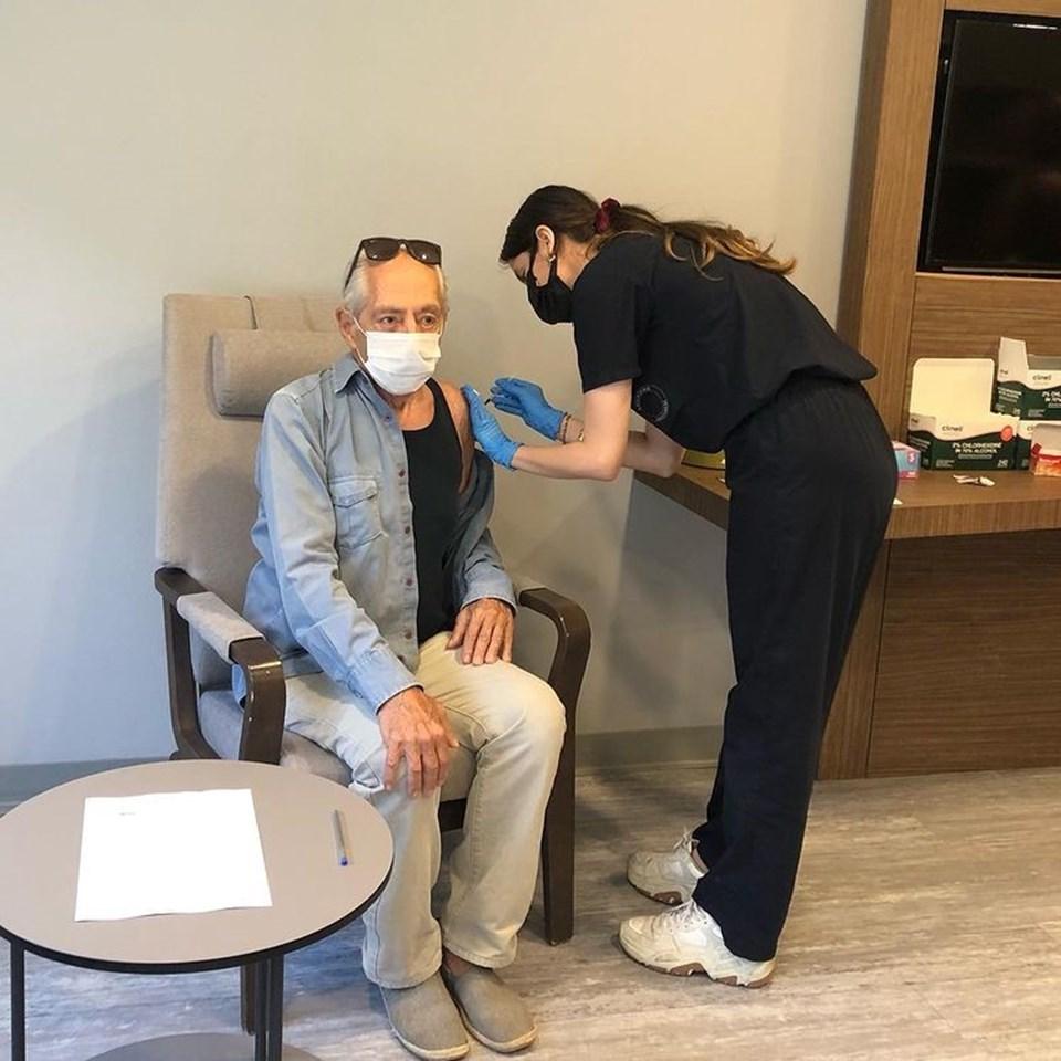 """Erkal üçüncü doz aşısını """"Aşı karşıtlığı yapıp cümlemizin sağlığını tehlikeye atmanın alemi yok"""" diyerek duyurmuştu"""