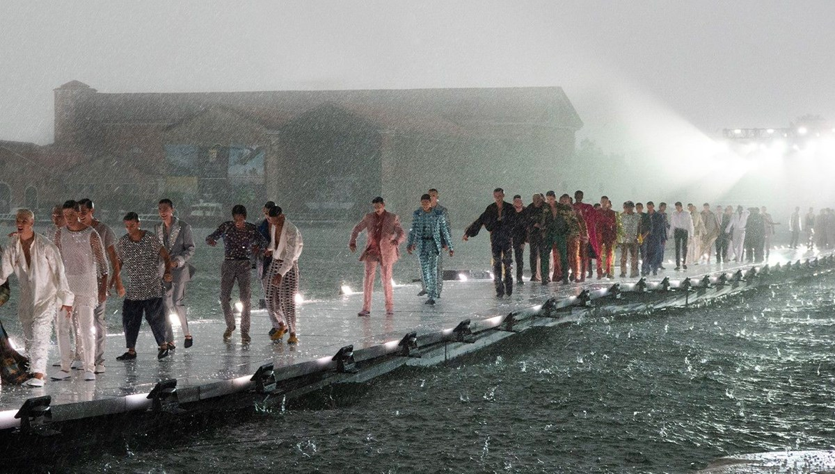 Dolce  Gabbana defilesinde dolu yağmuru