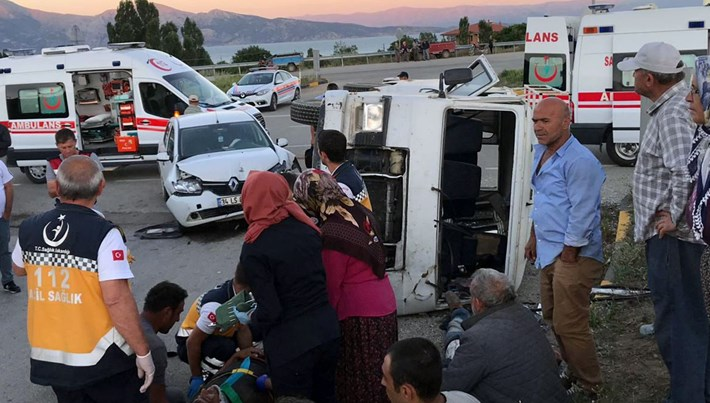 Otomobille minibüs çarpıştı: 11 yaralı