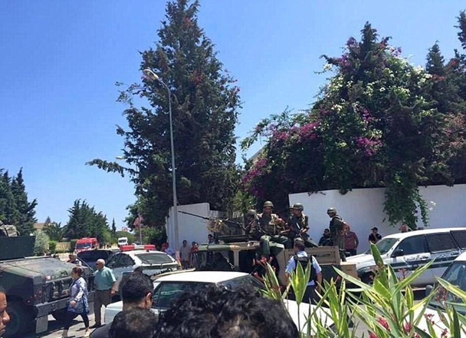 Saldırının ardından güvenlik güçleri otelin önünde barikatlar kurdu. Bölgeye zırhlı araçlar da sevk edildi.