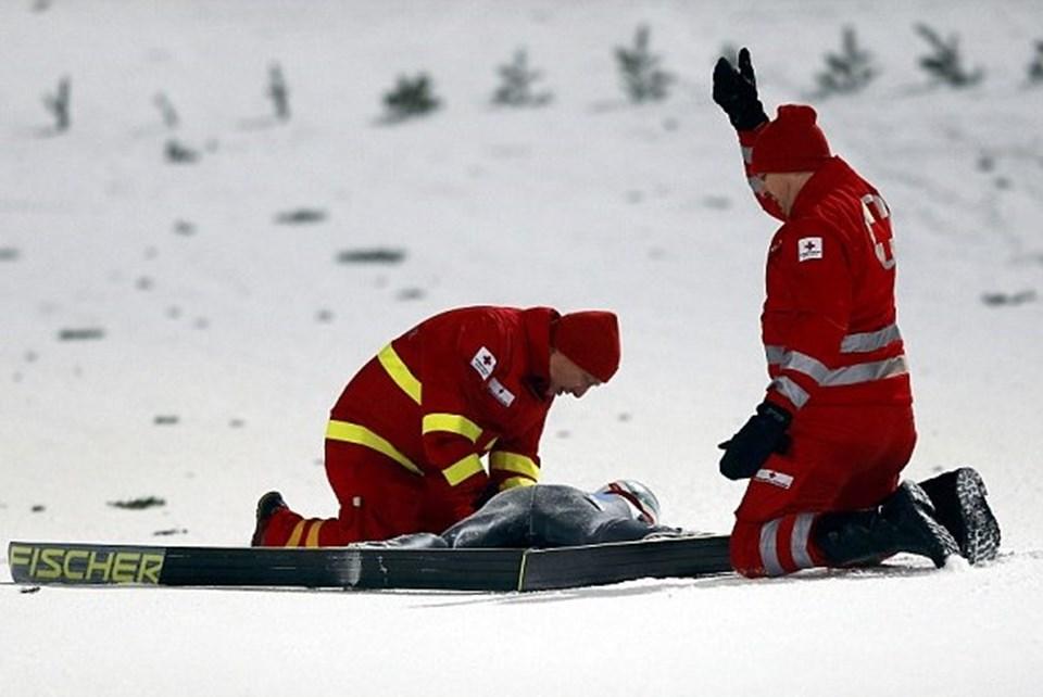 Simon Ammann'a ilk müdahale kaza yerinde yapıldı.