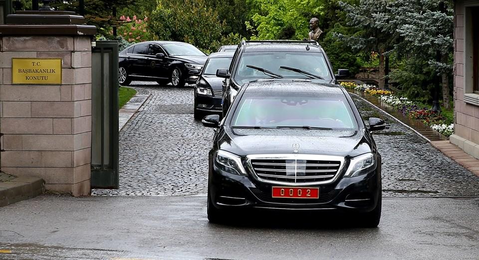 Başbakan Davutoğlu, MYK toplantısı için saat 11.50 sıralarında Başbakanlık Resmi Konutu'ndan ayrıldı.