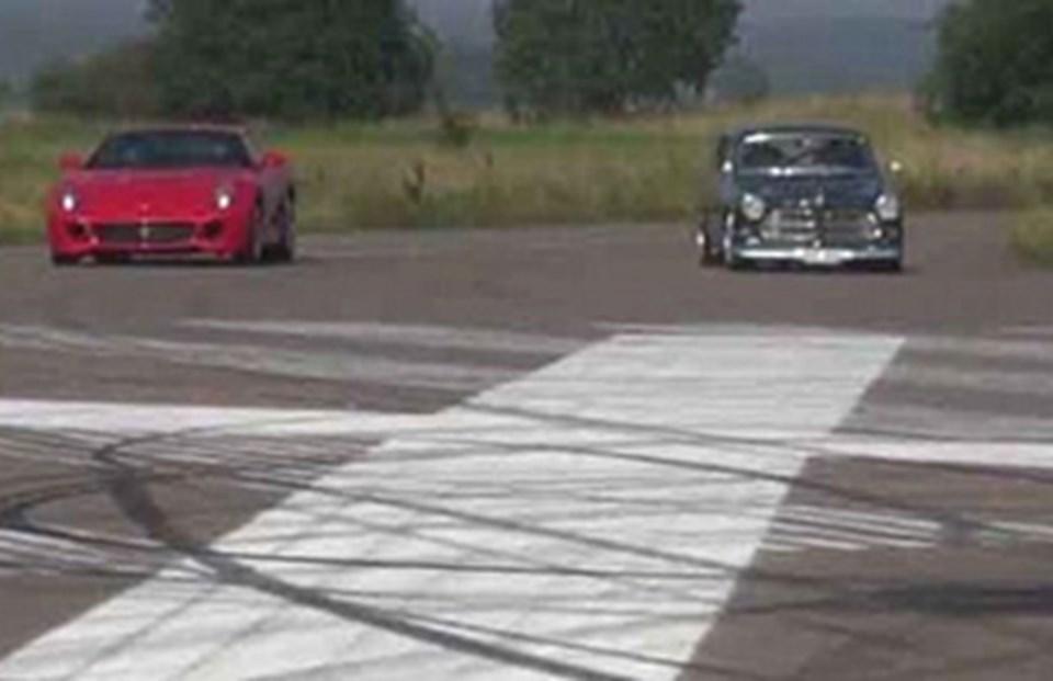 Youtube'daki bir videoda Volvo AmazonFerrari 599 GTB ile yarışırken...