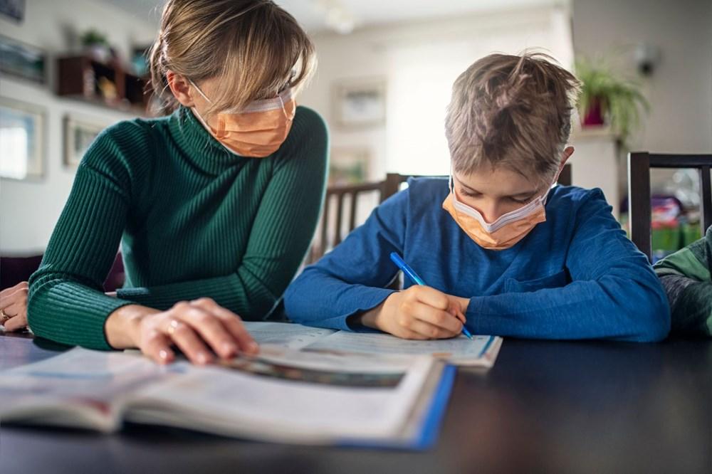 """<p>Oxford Üniversitesi Aşı Grubu Başkanı Andrew Pollard, """"Küresel literatürde, immünosüpresif veya kanser gibi çok ciddi tıbbi rahatsızlıkları olan çocukların bile corona virüsten yetişkinlerden, özellikle yaşlılardan çok daha az etkilendiği dikkate değer bir gözlemdir. Genel olarak, Covid-19'lu çocuklar yetişkinlerden daha hafif semptomlar yaşarlar"""" açıklamasını yaptı.</p> <p></p>"""