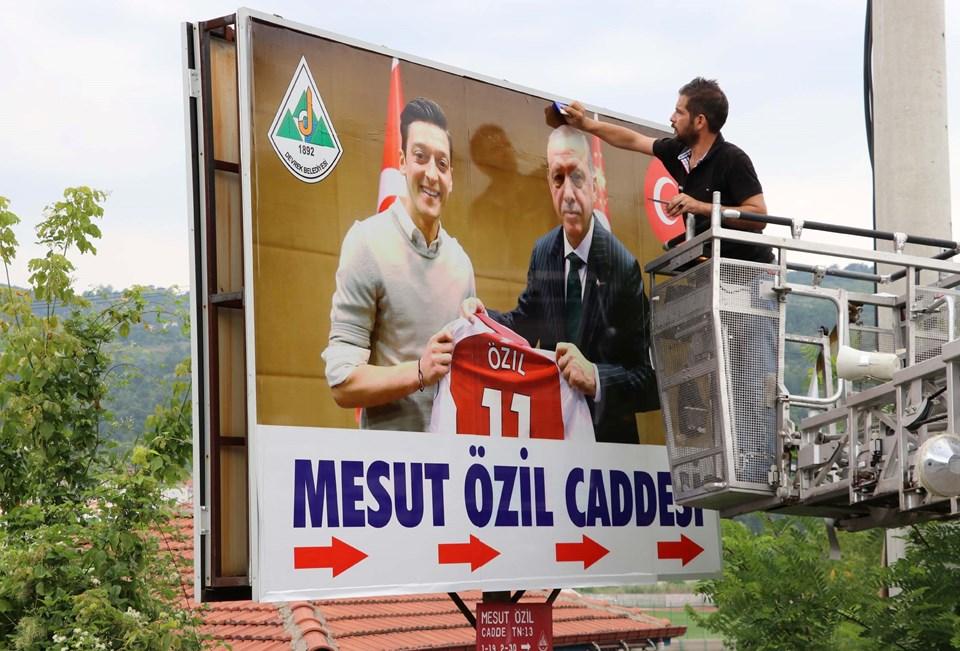 Özil'in Cumhurbaşkanı Recep Tayyip Erdoğan ile Londra'da birlikte çektirdiği fotoğrafının bulunduğu yeni dev tabela.